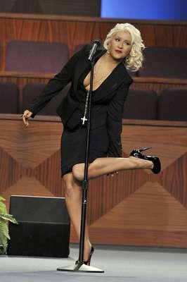 """Christina Aguilera sufrió un accidente cuando cantaba para despedir a la gran estrella del soul y el jazz Etta James en su funeral, celebrado en California. Mientras Aguilera interpretaba una versión de """"At Last"""", un líquido comenzó a recorrer sus piernas, lo que ocasionó que pasara un tremendo bochorno público."""