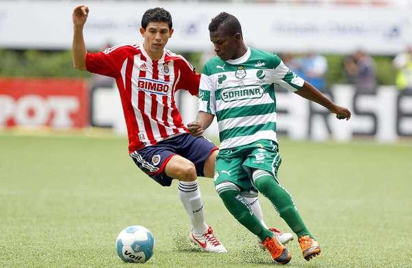 Chivas gana 2-1 a Santos: Magallón intenta detener a Darwin Quintero