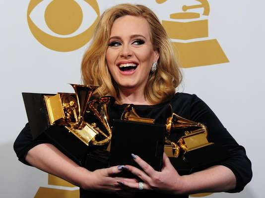 A pesar de que para algunos twitteros Lis Vega arruinó el máximo éxito de Adele, 'Rolling In The Deep', la cantante británica se corona en este conteo con su tema 'Set Fire to the Rain'.