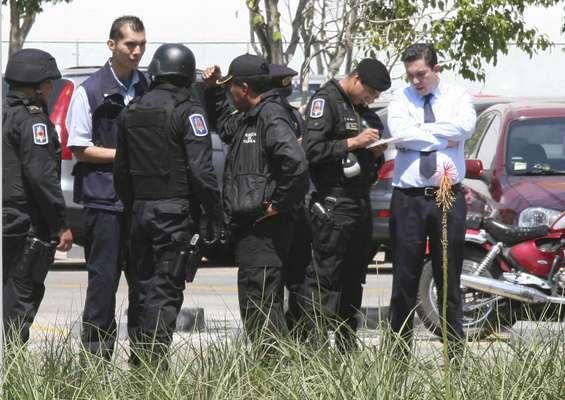 Elementos de Fuerza de Tarea de la Policía capitalina acudieron al centro comercial Plaza Delta, tras reportarse la existencia de un paquete que parecía contener una bomba.