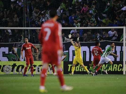 Real Madrid, en su objetivo por seguir sumando puntos para alejarse del Barcelona, se metió este sábado a la casa del Betis. El cuadro merengue comenzó perdiendo el juego con tanto de Jorge Molina (fondo).