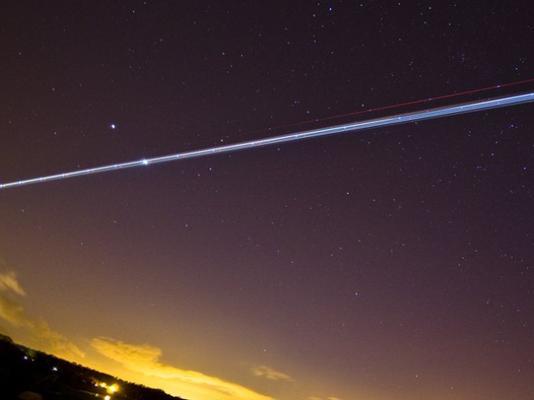 La conjunción de Venus y Júpiter en el firmamento alcanzó estos días su punto más cercano. Este acontecimiento se produce cuando ambos planetas, en su movimiento a través de sus respectivas órbitas, se sitúan apenas a tres grados de distancia. Para verlos no hace falta telescopio, tan solo hay que mirar hacia el oeste poco después de la puesta de Sol. Los lectores de la BBC enviaron imágenes de los dos planetas. Esta es una de ellas, Grant Ritchie la tomó en la playa de Silverknows, en Edimburgo, Escocia, mientras un avión atravesaba el cielo.