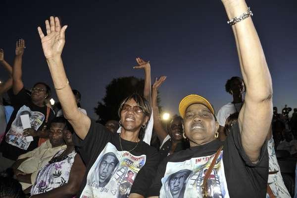 La polémica por la permanencia en libertad y sin cargos de un vigilante voluntario que confesó haber matado a un adolescente negro desarmado en Florida ha desatado una ola de protestas en Estados Unidos, así como la retirada temporal del jefe de la Policía local.