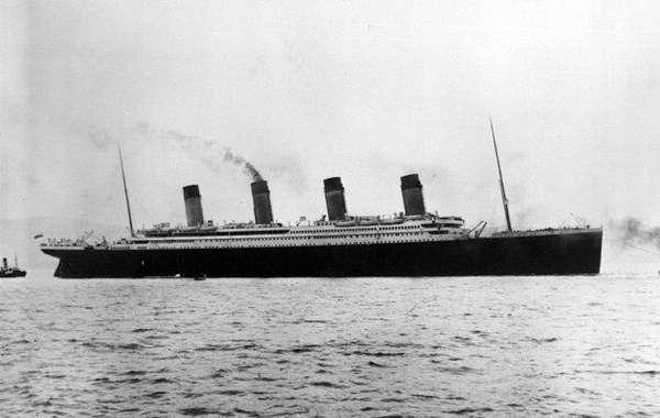 """El RMS Titanic (en inglés: Royal Mail Steamship Titanic, """"Buque de vapor del Correo Real Titanic"""") era el segundo de un trío de transatlánticos conocidos como clase Olympic. El Titanic fue, en su tiempo, el barco de pasajeros más grande y lujoso del mundo, seguido por el RMS Olympic. Foto de archivo de 1912 facilitada por la colección Frank O. Braynard de la partida del Titanic en su viaje inaugural."""