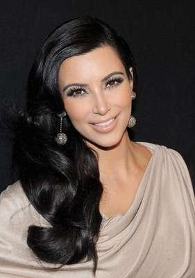 1. Forbes acaba de anunciar la lista que reúne a las diez celebridades más mediáticas. La lista fue creada sobre la base de una encuesta realizada en conjunto con la Investigación E-Poll. Las clasificaciones tienen en cuenta casi 50 factores, entre ellos los rasgos de personalidad, la simpatía y la conciencia. Se tuvo en cuenta a más de 6.600 famosos. La primera en ocupar la lista, tras en el año pasado atravesar por matrimonio y un millonario divorcio, es Kim Kardashian.