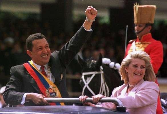 Varias mujeres marcaron la vida de Hugo Chávez, desde su madre, Helena Frías, hasta sus ex esposas Nancy Colmenares y Marisabel Rodríguez, y sus supuestas amantes, como la ¨top model¨ Naomi Campbell y la actriz venezolana Ruddy Rodríguez. Después de su muerte nadie olvidará tampoco lo importante que fueron las mujeres en su vida. En la foto, el presidente de Venezuela Hugo Chávez aparece con su segunda esposa Marisabel Rodríguez, en febrero de 1999, con quien estuvo casado entre 1997 y 2004, y con quien tuvo a Rosinés Chávez Rodríguez, su hija menor.