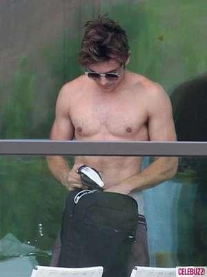 Zac Efron fue fotografiado mostrando parte de su ropa interior. El cantante y actor iba de un lado a otro dejando ver sus boxers de la marca Calvin Klein y haciendo alarde de su trabajado abdomen.