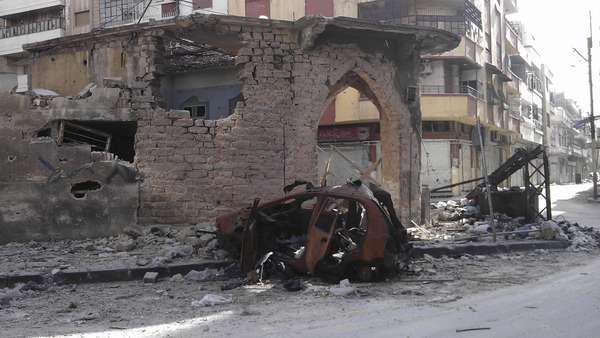 """La oposición siria dio a concer imágenes de la destrucción de edificios causada por el gobierno en Homs, Siria, mientras Damasco anunció que el ejército pondrá fin a sus operaciones contra los """"grupos terroristas"""" el jueves por la mañana, día fijado por la ONU para un alto el fuego completo."""
