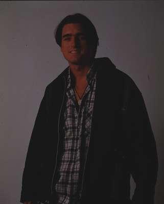 """Jorge Antonio Zabaleta Briceno cumple hoy 42 años. Nacido el 18 de abril de 1970, el actual integrante del área dramática de TVN disfruta de una plenitud laboral y de la familia que formó con Francisca Allende, con quien tiene tres hijos: Raimundo (16), Milagros (5) y Antonio (3). Zabaleta partió en TV el año 1997 como parte de la teleserie """"Playa salvaje"""" y desde allí no ha parado, estando en exitosas telenovelas, como """"Marparaíso"""", """"Machos"""", """"Brujas"""", """"Hijos del Monte"""" y actualmente """"Aquí mando yo"""", por nombrar solo a algunas, y en las que ha pasado por diferentes looks, aunque el cambio más radical (de pelo largo más bigote y barba) lo vivió en 1999 cuando dio vida al actor callejero """"Mauricio Méndez"""" en """"CerroAlegre"""". Además, Jorge ha incursionado en la animación. A fines de los años noventa, por ejemplo, estuvo en """"Video loco""""."""