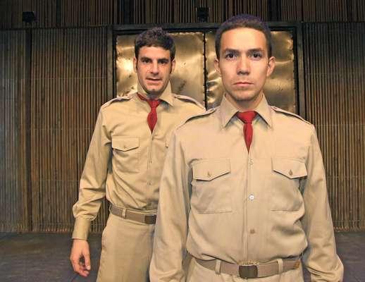 """Sebastián Monteghirfo, """"El Jaguar"""", y Oscar Beltrán, """"El Poeta"""", de la puesta en escena de """"La Ciudad y los Perros""""."""