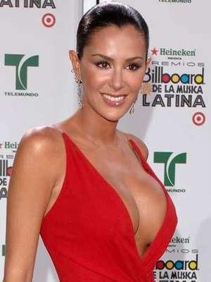 """A lo largo del tiempo, grandes bellezas del """"show business"""", han desfilado por la alfombra roja del Latin Billboard, luciendo provocativos escotes, como lo hizo Ninel Conde, en la entrega del 2007, con un vestido rojo de infarto."""