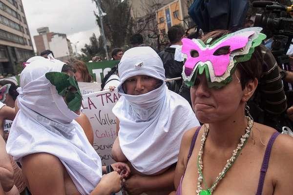 Cerca de 200 personas entre quienes se encontraban algunas mujeres que decidieron marchar desnudas, exigieron al Gobierno Nacional un mejor trato para sus hijos, esposos y hermanos quienes permanecen detenidos en diferentes establecimientos carcelarios del país.