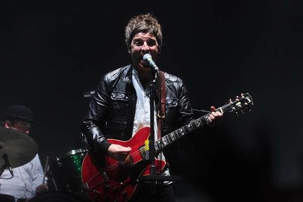 """El exguitarrista de la banda británica Oasis, Noel Gallagher, emocionó a sus fans con las canciones de su antigua agrupación y los temas de su reciente disco solista. Durante casi una hora y media, los amantes del britpop y los incondicionales del """"chief"""" corearon sus temas a todo pulmón en la tribuna norte del estadio San Marcos."""