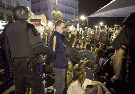 La policía desalojó en la madrugada de este domingo a los centenares de jóvenes manifestantes que pasaron la noche en la Puerta del Sol de Madrid, tras una manifestación por el primer aniversario de los 'indignados', informó un fotógrafo de AFP.