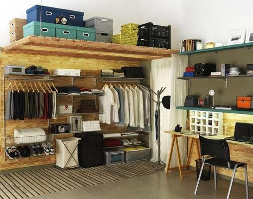 No projeto de Gustavo Calazans, o armário foi substituído por uma arara. Na parte de cima, as caixas servem para guardar bolsas, chapéus e sapatos de uso menos constante