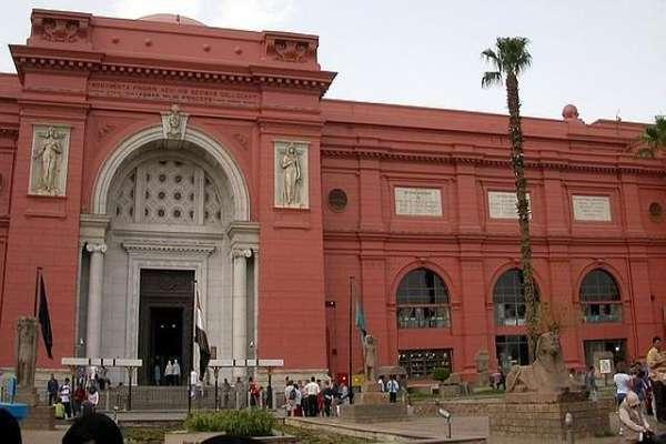Los museos son grandes atractivos turísticos al visitar un sitio. Aquí algunos ejemplos. Comenzamos con el Museo Egipcio de Arte Moderno. Se encuentra en El Cairo y custodia la mayor colección de objetos de la época faraónica del antiguo Egipto. Posee más de 120 mil objetos clasificados de diferentes épocas de la historia egipcia.