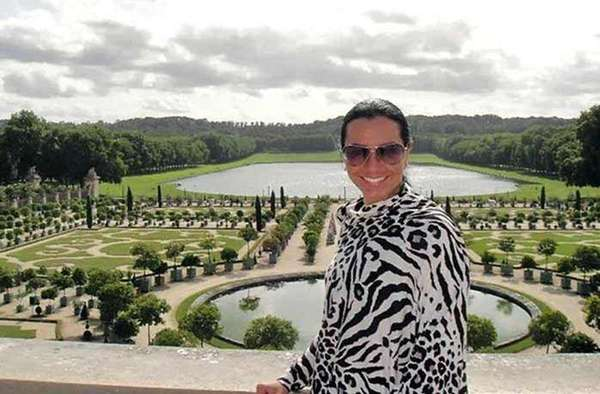 Paulina Romero Deschamps, hija de Carlos Romero Deschamps, líder del sindicato petrolero, vive como la hija de un jeque. Aquí, uno de sus viajes a París.