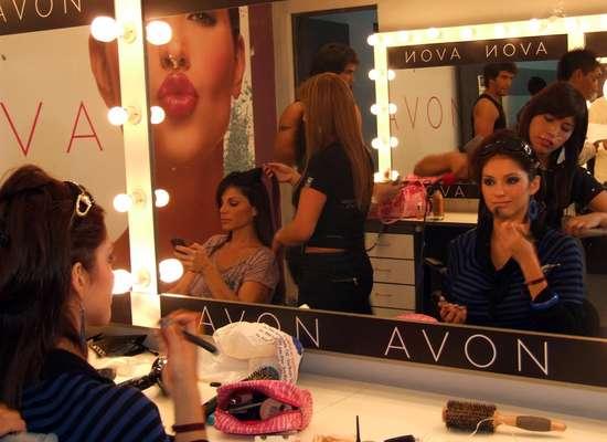 Darlene Rosas se prepara para una noche que le traerá varias sorpresas, quizá no tan positivas. Más allá, Sandra Arana se alista para las entrevistas.