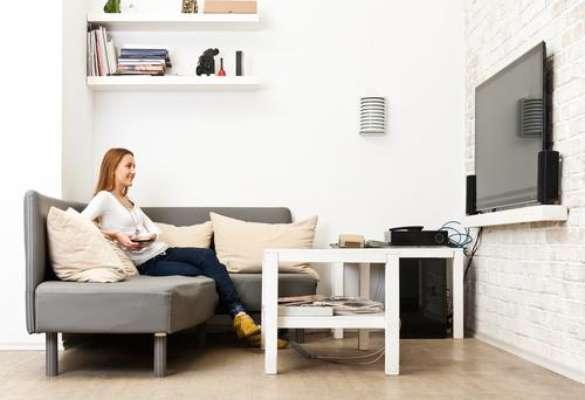 A distância entre o televisor e as poltronas varia de acordo com o tamanho da tela
