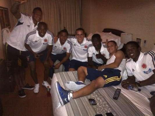 Guarín en sala de Play Station con sus amigos de selección Colombia: Hay va la primera foto con los adictos a la playstation.. Seguimos.. @sanchezcarlosa @bernardo_ez @juanferquinte10