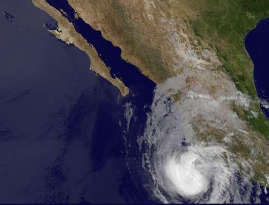 """El ciclón """"Bud"""", primero de la temporada en la cuenca del Pacífico, que se degradó este viernes de huracán a tormenta tropical puso en """"alerta naranja"""" (peligro alto) a tres estados de México, aunque no se prevén lluvias intensas en la zona occidente del país, dijeron fuentes meteorológicas."""