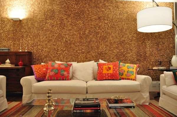 A parede texturizada imita pastilhas de madeira e combina com o material do piso e dos móveis