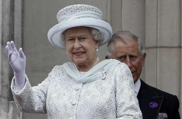 Arropada por una impresionante multitud, la reina Isabel II de Inglaterra cerró la histórica celebración de su Jubileo de Diamantes desde el balcón del palacio de Buckingham sin su esposo, el príncipe Felipe, que sigue hospitalizado. (Textos de EFE)