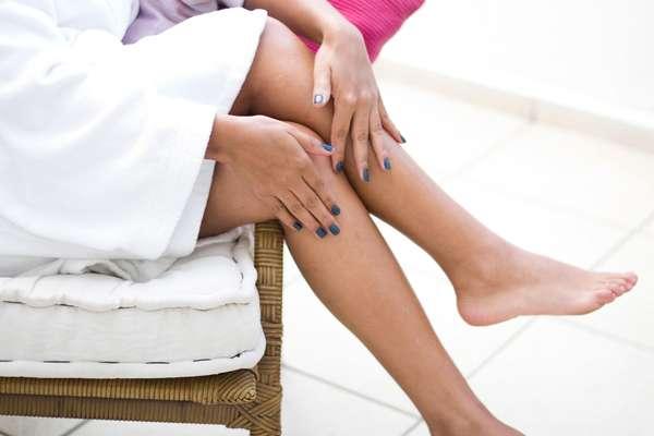 Depilação com cera fria é a melhor opção para mulheres sem tempo de ir às clínicas de estética ou salões de beleza, mas que querem a cútis lisinha
