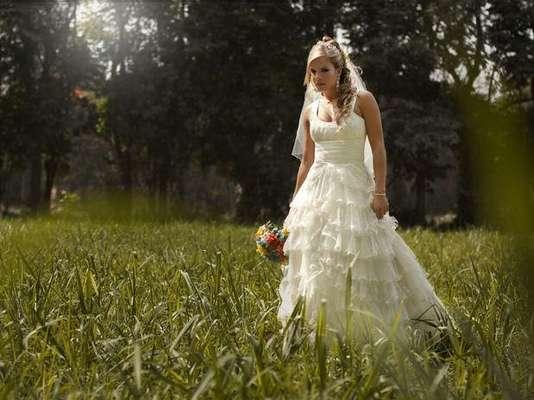 """Alejandra Baigorria, la popular participante de """"Combate"""", se vistió de novia para una sesión de fotos que devela una nueva faceta. Al vestirme de novia me he dado cuenta que no le he cerrado las puertas al amor, por el contrario, cada experiencia vivida me hace más fuerte, advirtió Alejandra."""