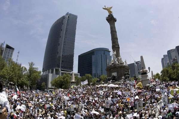 En la Ciudad de México, los activistas contra el ex gobernador mexiquense marchan del Zócalo al Ángel de la Independencia.