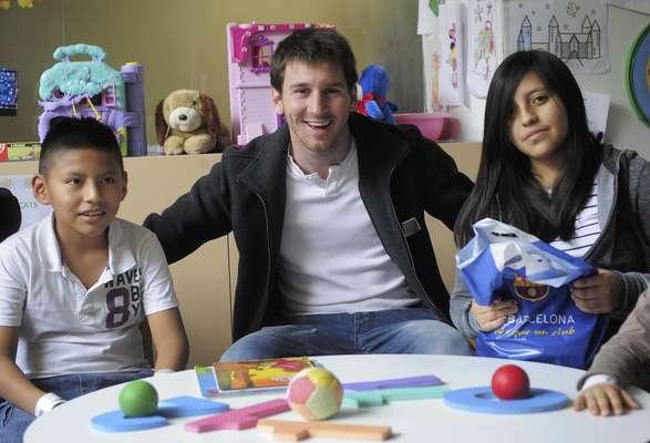 Lionel Messi ha encantado al mundo con su excelente habilidad, consolidando su posición como uno de los mejores de la historia. El argentino también se ha mantenido activo fuera del campo, prestando su nombre y rostro a diversas organizaciones benéficas, productos y organizaciones.
