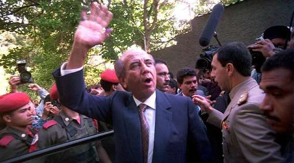 Carlos Andrés Pérez fue destituido en agosto de 1993 por el Congreso de Venezuela por supuesta malversación y peculado. Durante su mandato, que había comenzado en 1989, Venezuela vivió un período de tensión social y Pérez sufrió dos intentos de golpe de Estado.