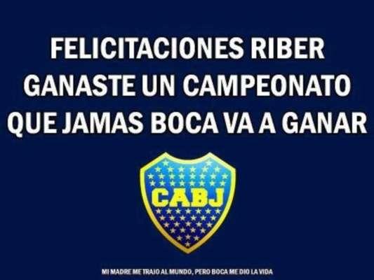 Con los clásicos afiches, los hinchas de Boca le dan la bienvenida a River a Primera División, tras el ascenso logrado ante Almirante Brown.
