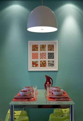 Não é preciso gastar muito para mudar a cara da sala. Nesse apartamento, a arquiteta Marina Carvalho deu um colorido na parede, destacando-a do resto do cômodo e dando um toque diferente ao ambiente. Informações: (11) 9444-8836