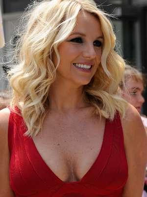 Britney Spears, metida en un corto y ajustado vestido rojo, calentó con sus curvas, las audiciones para la segunda temporada del show musical 'The X Factor', realizadas en el Dunkin Donuts Center de Providence, Rhode Island.