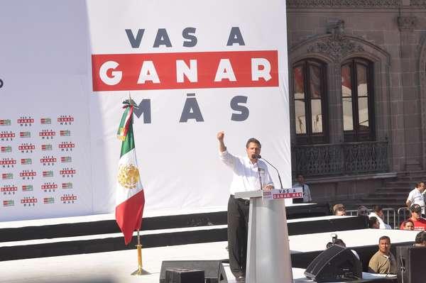 """El candidato de la alianza Compromiso por México a la Presidencia, Enrique Peña Nieto, pidió a sus adversarios políticos asumir con responsabilidad y madurez los resultados del proceso electoral del próximo 1 de julio, respetando así """"el mandato de los mexicanos""""."""