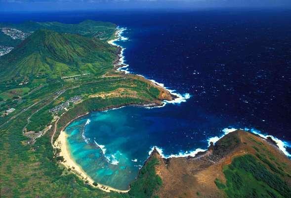 A natureza cria obras surpreendentes. É o caso de piscinas naturais e os 'buracos azuis', depressões no fundo dos oceanos, alguns dos quais podem até ser vistos desde o espaço. Por exemplo o Waimea Bay, Estados Unidos: a ilha havaiana de Oahu tem algumas das principais belezas naturais do arquipélago. No litoral norte da ilha, Waimea Bay é um dos principais pontos para a prática do surfe, e conta com piscinas naturais que se formam em suas águas rasas
