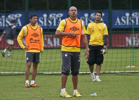 Germán Centurión (c) defensor paraguayo de Independiente Santa Fe que ha vuelto a la titular de los rojos.