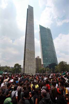 Los integrantes del movimiento #YoSoy132 se reunieron este 2 de julio en el monumento Estela de Luz