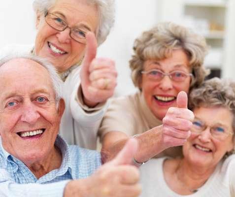 Segundo estimativas, um quarto de todas as crianças nascidas hoje na Grã-Bretanha deverá ultrapassar os cem anos de idade. A projeção é um reflexo de estatísticas recentes que revelam uma 'explosão demográfica' no grupo dos centenários em todo o mundo. Se chegar aos 100 anos será cada vez mais comum, o obstáculo é alcançar um século de vida com saúde. A BBC ouviu as 'receitas' de vida de alguns centenários e comparou suas experiências a teorias científicas sobre a longevidade