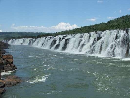 Quedas d'água lavam a alma na hora de dar um mergulho e formam alguns dos visuais mais incríveis da natureza. O Brasil tem algumas das maiores e mais belas cachoeiras do mundo, em paisagens muitas vezes preservadas e únicas. Quantas você conhece? Salto Yacumã, RS - Com mais de 1.800 m de comprimento, o Salto Yacumã é a maior cachoeira em extensão do planeta, chegando a 15 m de altura. O visual desta cachoeira, situada no Parque Estadual do Turvo, no noroeste do Rio Grande do Sul, é único e fascina seus visitantes