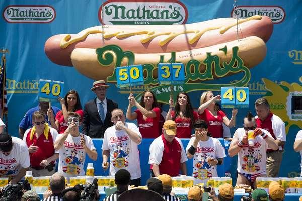 El famoso concurso organizado por Nathan's en Coney Island en Nueva York volvió a probar los participantes más voraces de la nación.