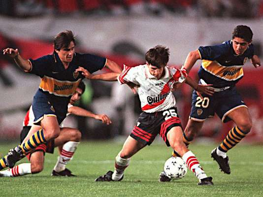 Juan Román Riquelme debutó con el Boca Juniors el 10 de octubre de 1996 en el estadio que hará historia: La Bombonera de Buenos Aires.