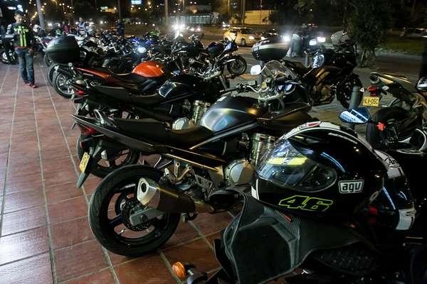 Cada semana unos sesenta aficionados a las motos de alto cilindraje se reúnen para rodar juntos por la Autopista Norte hacía las afuera de Bogotá. Máquinas poderosas y camaradería son protagonistas de la noche.