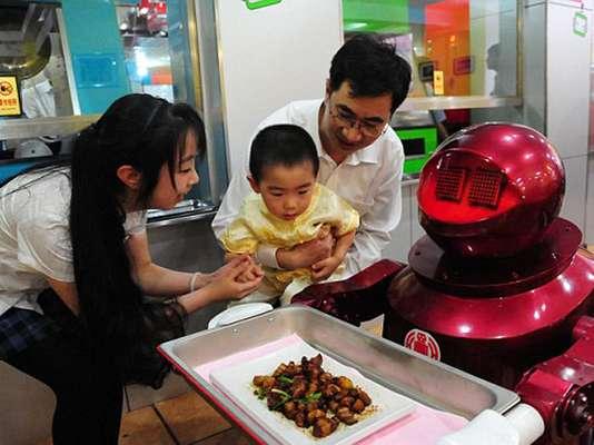 Si visitas el centro de Harbin, China, podrás encontrar un peculiar restaurante atendido en su totalidad por robots.