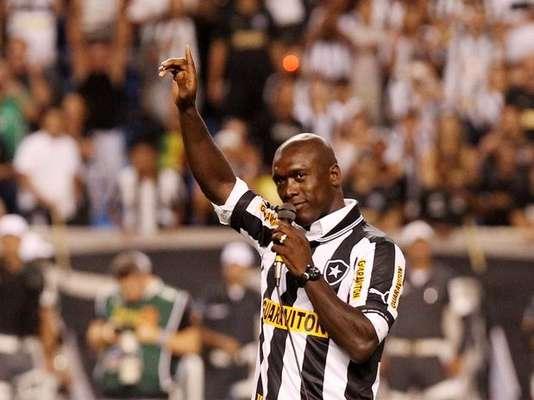 Clarence Seedorf recibe el apoyo de la afición de Botafogo y jugará con el 10.