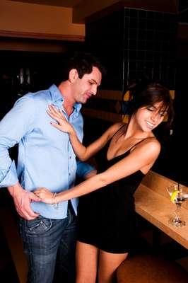 Você conheceu uma garota incrível. Adora o modo como ela se comporta, fala e ri. Aos poucos, vocês começam a ficar tão próximos que ela acaba se tornando uma das suas melhores amigas. Mesmo assim, você ainda tem esperanças de conquitá-la e levá-la para cama. Será que você tem chance de ser um parceiro mesmo ou pra ela isso não passe de amizade? O site AskMen lista uma série de pistas que mostram que ela não quer nada com você além de uma boa amizade. 1. Ela se sentiria rejeitada: a partir do momento em que você entra na zona de amizade, sair dela pode ser muito difícil. Investir no lado amoroso pode representar, na mente feminina, um retrocesso na relação de vocês