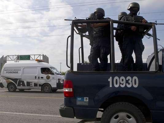 Una lucha efectiva contra el tráfico de drogas en México radica más en una depuración del sistema judicial y en combatir la corrupción de los políticos por el dinero de la droga, que de tener más policías y armas en las calles, señalaron expertos.