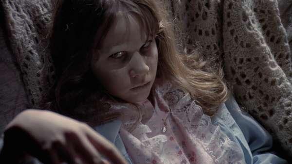 """Regan Mc Neil en """"El Exorcista"""" (1973): Una niña de 12 años (Linda Blair) es poseída por el demonio mientras dos sacerdotes, el padre Merrin y Karras, intentan rescatarla de esas garras. En el estreno del filme, numerosos espectadores sufrieron ataques de nervios"""