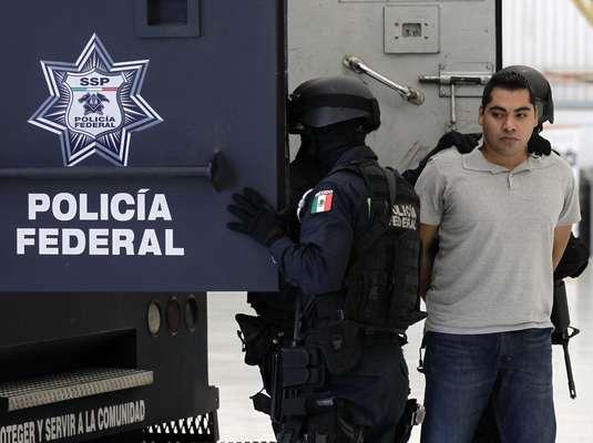 Las autoridades mexicanas informaron el domingo que capturaron a uno de los tres agentes corruptos de la Policía Federal que presuntamente participaron en un tiroteo en el que murieron tres de sus colegas en el aeropuerto de la Ciudad de México el 25 de junio.